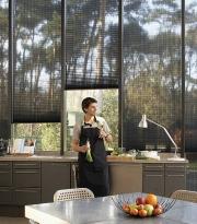 Plissé žaluzie je vhodné použít při tvarově vyšších oknech. V tomto případě doporučujeme elektropohon.