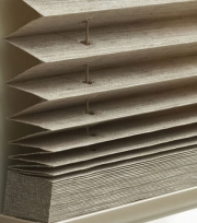 Paket složené plissované textílie je prostorově nenáročný a lišty jsou barevně sladěny se stínící látkou.
