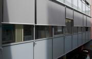 Použití screenových předokenních rolet na administrativní budově.