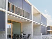 Předokenní roletou, lze zastínit i balkón.