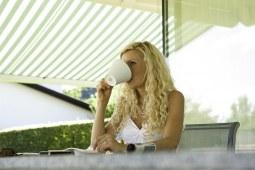 Užijte si odpolední snídaní ve stínu markýzy